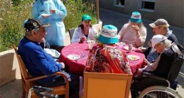 Orpea La Maison bleue repas jardin